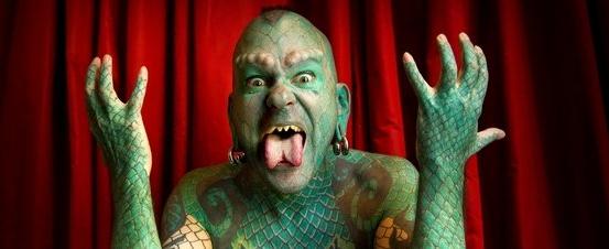 La Contra | Erik Sprague, 'el hombre lagarto': 'Exploro en mi cuerpo los límites de lo humano'