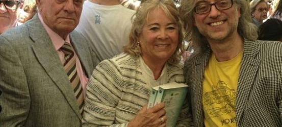 Recuerdo del Día del Libro: acuden en busca de la novela #cataroimperfecto los progenitores del autor (y los fotografía Roser Amills, novia del susodicho). Besos a todos, muy agradecido por tantas cosas.