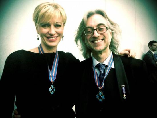 Víctor Amela y Susanna Griso reciben la Cruz de Oro de la AEFE