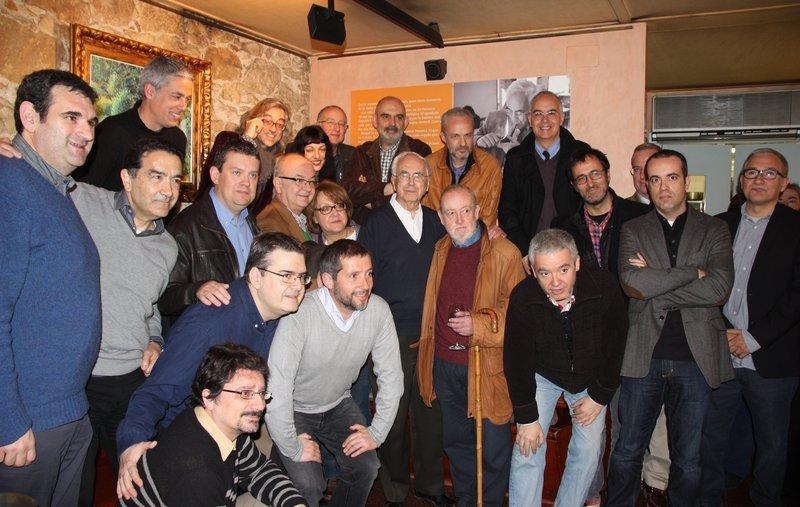 Josep Maria Espinàs amb els escriptors que l'han acompanyat en la presentació de 'Vida articulada'